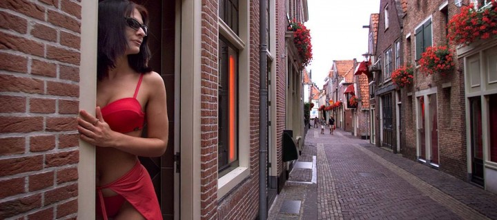 Red Light District – Seven Men Pile In After Lengthy Negotiation With Single Prostitute